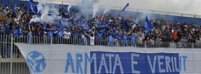Tifozet e Kukesit perleshen me fansat e Legias