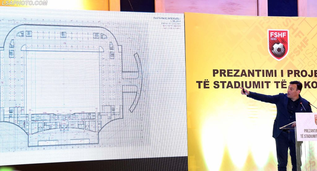"Arkitekti Marco Casamonti, gjate nenshkrimit te marreveshjes mes FSHF dhe kompanise ""Albstar"", per ndertimin e stadiumit te ri te kryeqytetit, ku eshte prezantuar dhe projekti i stadiumit./r/n/r/nArchitect Marco Casamonti, during the signing of the agreement between AFF and the company ""Albstar"" for the construction of the new stadium of the capital, where it was introduced and the stadium project."